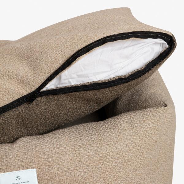 Madrass till hundbädd med dragkedja som är uppdragen. Inuti madrassen skymtar en vit kudde. Dragkedjan är svart.