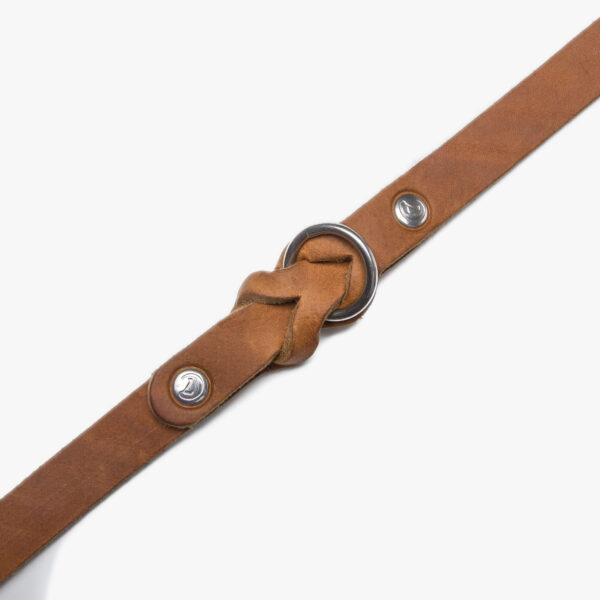 Slätt hundhalsband i färgen camel med detaljer i rostfritt stål