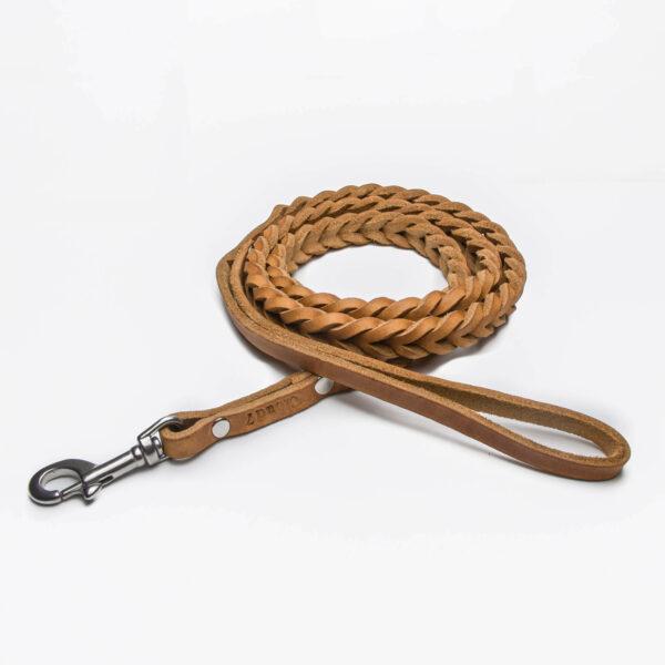 Flätat hundkoppel i läder i färgen camel, med detaljer i rostfritt stål.