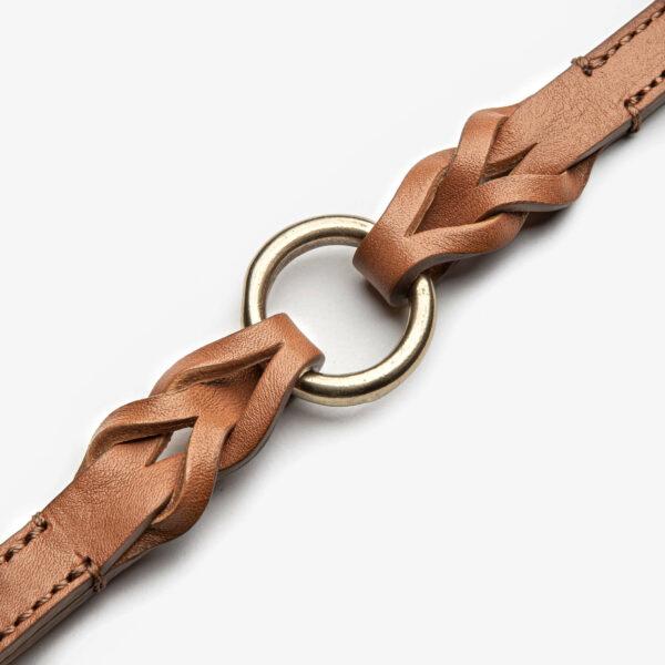 O-ring av mässing på hundkoppel av läder i cognacsfärg.